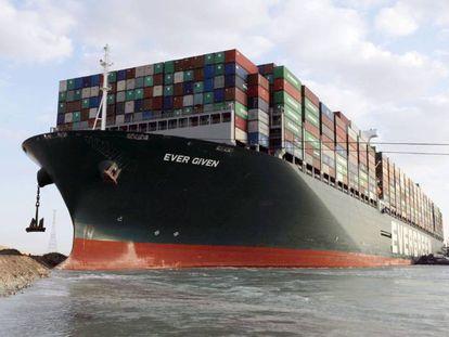 El buque portacontenedores Ever Given, encallado el pasado 23 marzo en el canal de Suez (Egipto).