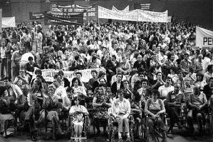 Concentración de víctimas del síndrome tóxico en el Palacio de Deportes de Madrid en 1983.