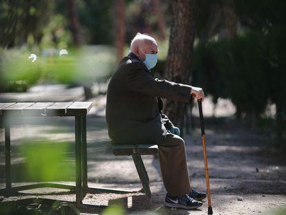 Un hombre en el parque El Calero, en Ciudad Lineal (Madrid), el 8 de mayo de 2020.