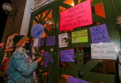 Alumnos de la preparatoria Ángel María Garibay Kintana protestan a las puertas del centro por la agresión a la profesora.