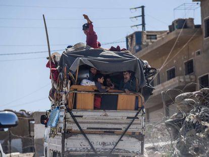 Unos sirios cruzan la frontera libanesa la semana pasada para retornar a su país.