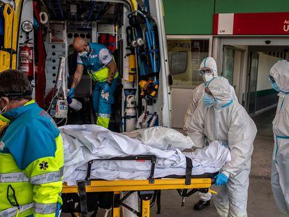 Traslado de un paciente desde el área de Urgencias del Hospital Infanta Leonor de Vallecas, en Madrid.