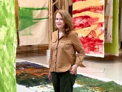 La artista Vivian Suter, en su exposición en el Palacio de Velázquez, en Madrid.