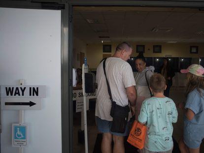 Una familia espera para poder votar en el referéndum para despenalizar el aborto en Gibraltar, este jueves.