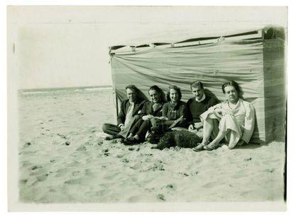 Borges (primero por la derecha), con Bioy Casares (al extremo opuesto) y la esposa de este, Silvina Ocampo en el centro.