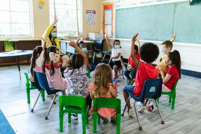 Una profesora realiza una asamblea en su clase.