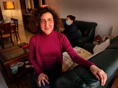 Alicia Redondo, diagnosticada de un cáncer de colon en noviembre, en su casa de Terrassa (Barcelona).