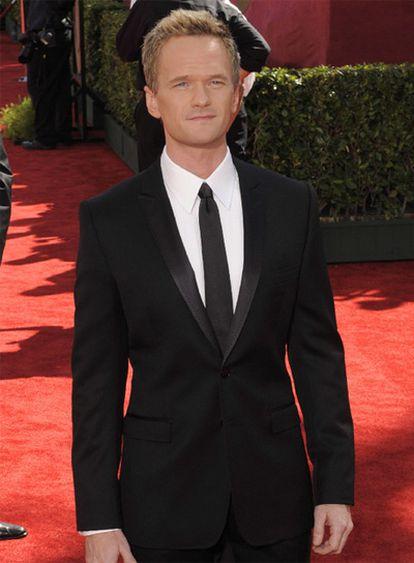 El actor Neil Patrick Harris, presentador de la gala, posa sobre la alfombra roja a su llegada al teatro Nokia de Los Ángeles