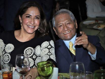 Laura Elena Villa y Armando Manzanero en una fiesta en Ciudad de México en enero de 2020.