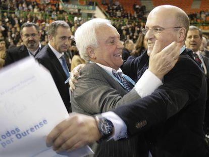 Baltar padre felicita a su hijo José Manuel en 2010 tras ser elegido para sucederle al frente del PP de Ourense.