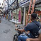 Una de las calles principales de la favela Jacarezinho, en la ciudad de Río de Janeiro, Brasil.