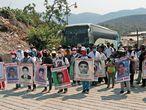 MEX7689. CARIZALILLO (MÉXICO) 26/07/2021.- Fotografía de archivo fechada el 23 de mayo de 2021, de familiares de los 43 estudiantes desaparecidos de Ayotzinapa, durante una protesta en el poblado de Carrizalillo, ciudad Eduardo Neri, estado de Guerrero México). El Gobierno de México informó este lunes de la muerte por covid-19 de Mario Casarrubias, uno de los líderes del cártel Guerreros Unidos, quien estaba preso por la desaparición de los 43 estudiantes de Ayotzinapa en 2014. EFE/José Luis de la Cruz/ ARCHIVO