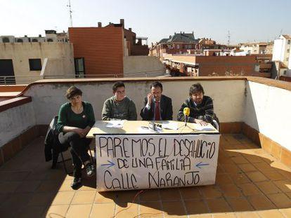 Tatyana Roeva, que espera su segundo desahucio mañana, y otros tres activistas de la Plataforma de Afectados por la Hipoteca de Madrid.