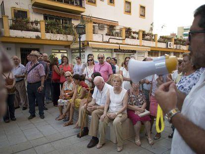Protesta de vecinos ante el uso de un local de Cruz Roja para albergar migrantes.