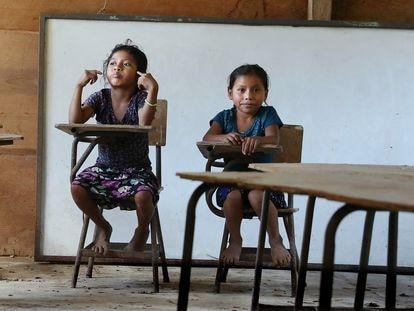 Unas niñas guatemaltecas en la Escuela Rural Nuevo Sinaí Rubel Santo, en Alta Verapaz, cerrada por la pandemia desde 15 de marzo de 2020.