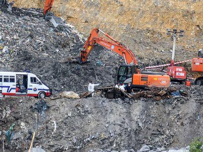 Un momento de la búsqueda, en agosto de 2020, de los trabajadores sepultados en el vertedero de Zaldibar.