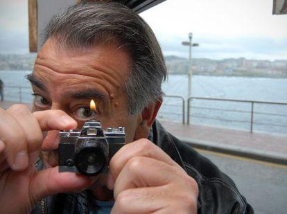 El fotógrafo Vari Caramés bromea con una cámara-encendedor en A Coruña.