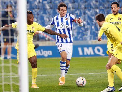 Oyarzabal busca un disparo a puerta rodeado de defensores del Villarreal.
