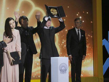 El director Xiaogang Feng alza la Concha de Oro, acompañado de su equipo, y de la actriz Fan Bingbing, con la Concha de Plata.