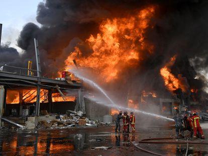 Los bomberos tratan de extinguir el incendio en el puerto de Beirut este martes