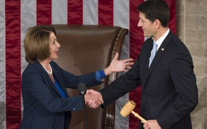 El 'speaker' Paul Ryan toma el mazo de la líder de la minoría demócrata, Nancy Pelosi.