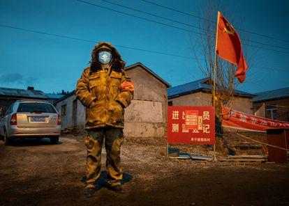 Un funcionario monta guardia en un puesto de control en la ciudad fronteriza china de Suifenhe