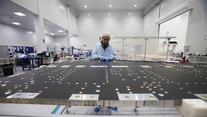 Un operario trabaja en un panel de la empresa Iberespacio.