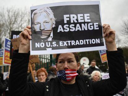 Protesta en apoyo a Assange, este lunes en Londres.