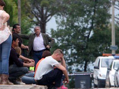 Familiares de las víctimas asesinada por su cuñado, esta mañana en Caldes de Malavella.