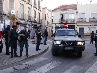 Furgón de la Guardia Civil en el que se traslada a uno de los dos presuntos yihadistas detenidos este viernes en Málaga.