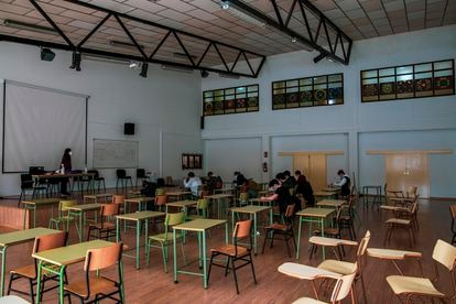 Alumnos gallegos asisten a una clase en el antiguo auditorio del centro escolar, reconvertido en aula.