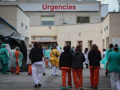 Vecinos y policías municipales aplauden a los trabajadores sanitarios del Hospital Gregorio Marañón (Madrid).