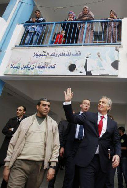 Blair sale de una escuela de la ONU en Gaza, el pasado febrero.