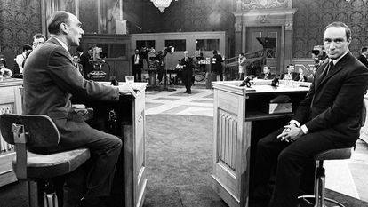 Los candidatos a primer ministro de Canadá en las elecciones de 1968, Robert Stanfield (i) y Pierre Trudeau (d) aparecen sentados poco antes de comenzar el primer debate televisado de la historia de Canadá, el 9 de junio de 1968. Fue un quebradero de cabeza su organización, con todos los partidos pretendiendo tomar parte en el mismo. Finalmente, el debate contó con Tommy Douglas también y en los últimos 40 minutos de debate intervino Real Caouette. Cuatro candidatos para un debate bilingüe y que contó con traducción simultánea.