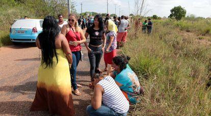 Unos familiares de los presos esperan a tener noticias, este viernes, en Roraima.