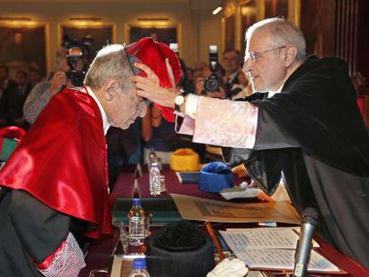 El rector de la Universitat de València, Esteban Morcillo, inviste 'honoris causa' al magistrado Pascual Sala.