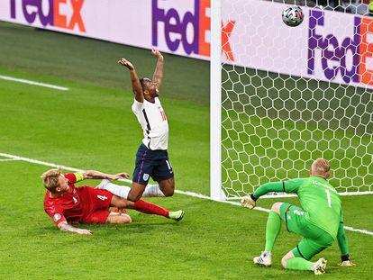 Sterling festeja el gol en propia puerta de Kjaer.