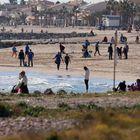 GRAFCVA1114.  PUZOL (VALENCIA), 17/01/2021. - Un gran número de personas se acercaron este domingo para disfrutar del buen tiempo en la playa de Puzol.  EFE / Kai Försterling