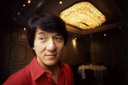 El actor chino más popular, Jackie Chan, luciendo su saludable cabellera.