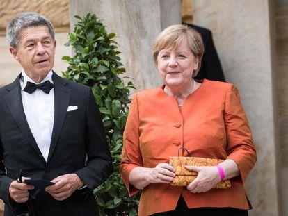 Merkel y su marido, Joachim Sauer, llegan a la apertura del Bayreuth Festival el 25 de julio