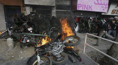 Imagen de un enfrentamiento entre manifestantes reformistas y agentes de las Fuerzas de Seguridad en Teherán. La fotografía ha sido obtenida por la agencia Associated Press a través de un particular, ya que los medios de comunicación extranjeros tienen prohibido trabajar en la calle y cubrir las protestas de la oposición.