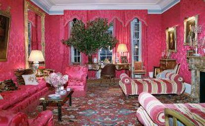 """El salón rojo de los Herrera en realidad no es rojo. """"Ellos lo llaman frambuesa"""", dice Reinaldo. 'Ellos' son """"los decoradores""""."""