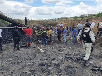 Trabajadores y militares en el lugar del colapso de la mina en el municipio de Múzquiz, en el Estado de Coahuila.