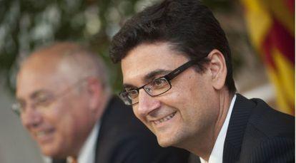 El nuevo rector de la Politécnica, Francisco Mora (en primer plano), junto al rector saliente, Juan Juliá.