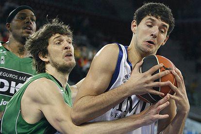 El ala- pívot del Real Madrid Nikola Mirotic, controla el balón ante Dmitry Flis, del DKV Juventut