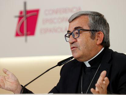 El portavoz de la Conferencia Episcopal Española, Luis Argüello, en la rueda de prensa tras la reunión de la Comisión Permanente de los obispos este jueves en Madrid.