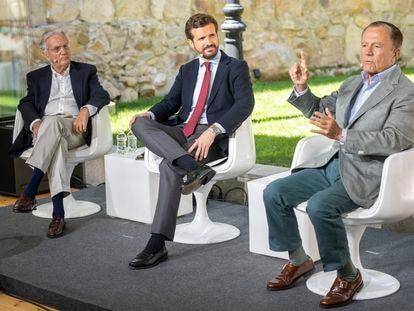 El exministro Rafael Arias Salgado; el presidente del PP, Pablo Casado y el exministro Ignacio Camuñas el pasado 19 de julio.