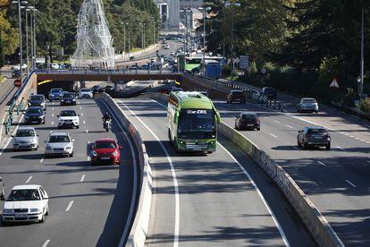 Tráfico en la A-6, a la altura del puente ubicado en Ciudad Universitaria, en Madrid.