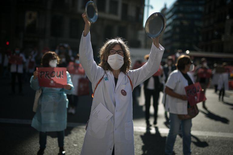 Médicos de atención primaria protestan delante del ICS, en Barcelona.