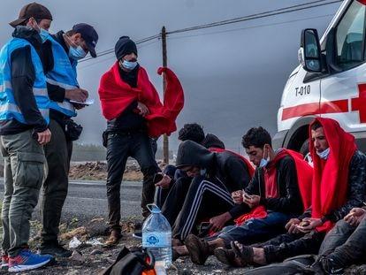 Los agentes de Frontex interrogan a algunos migrantes recién desembarcados en Gran Canaria durante el mes de enero.